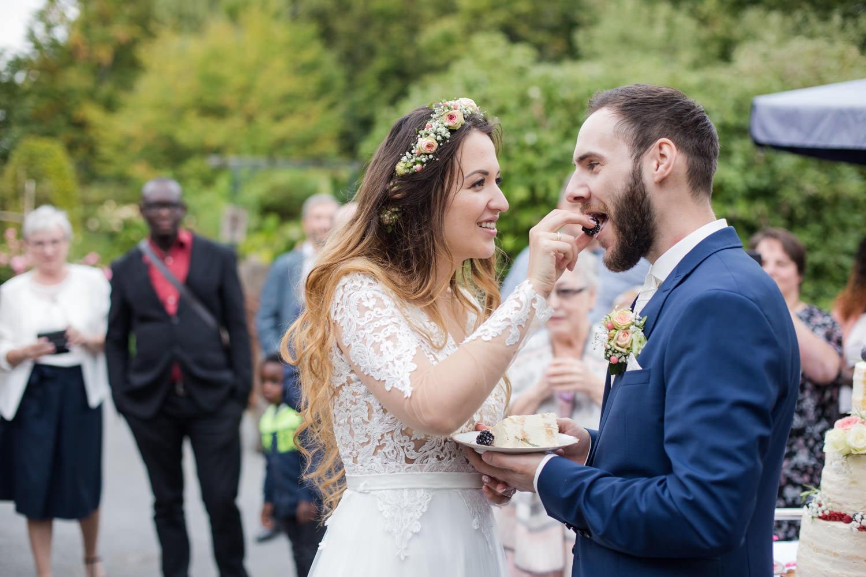 Hochzeitspaar mit Farbkonzept Apricot