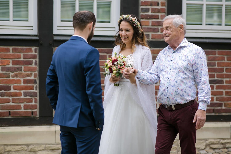 Papa übergibt die Braut dem Bräutigam